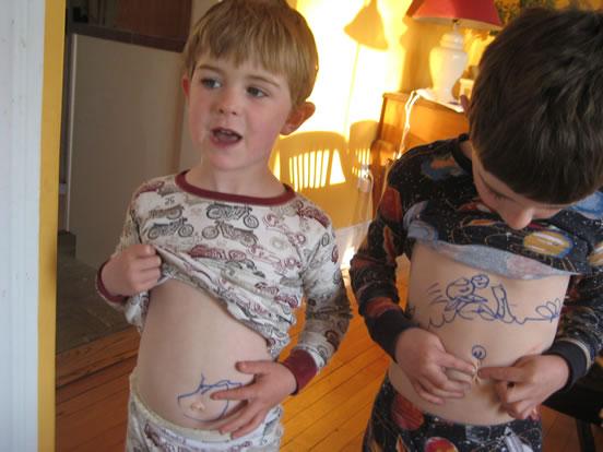 Olhei em volta do meu umbigo, mãe, tinha desenhos. :D Crédito: worldofjulie.com