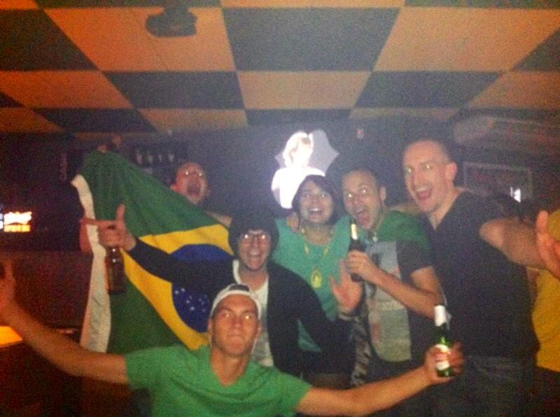 Da esquerda pra direita e de cima pra baixo: Stuart, Bruno, eu, Anthony, Niall e um gringo aleatório.