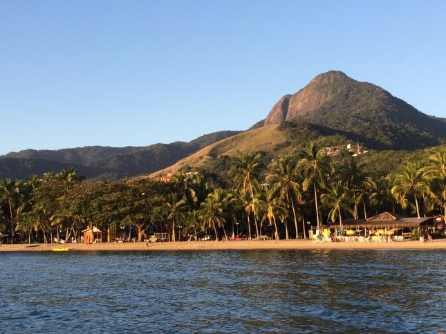 Ilhabela vista do mar, na região da Praia do Perequê. Pico do Baepi ao fundo.
