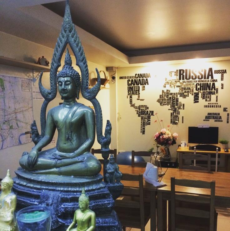 Recepção do Asoki Montri Hostel, em Bangcoc
