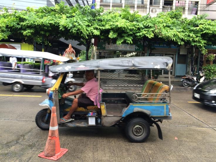 Esse moço simpático queria muito me vender um passeio de Tuk Tuk.