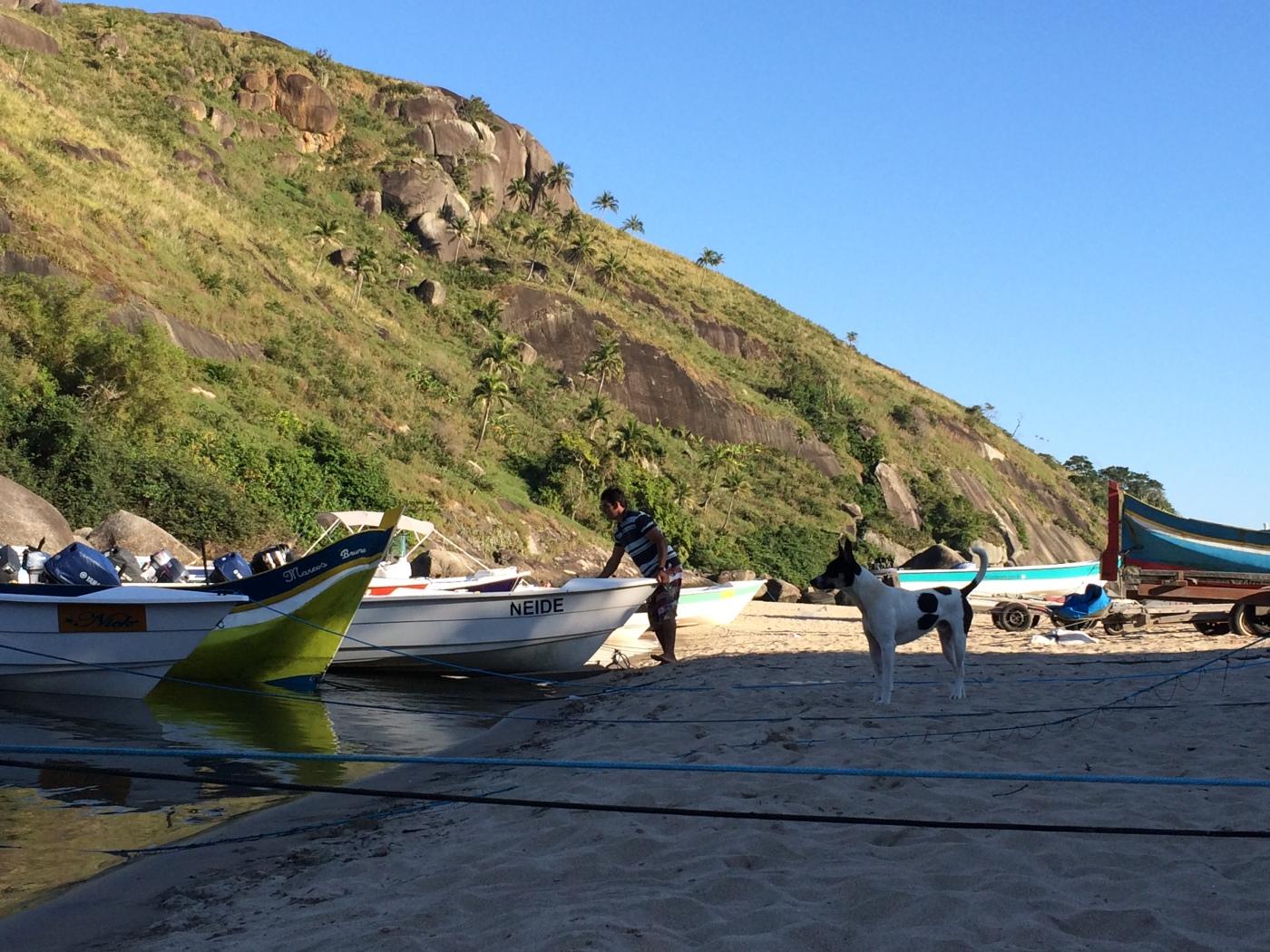 Pescador na praia do Bonete, em Ilhabela, SP, Brasil.